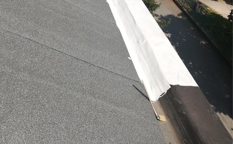 Impermeabilizzazione di un tetto con pannelli fotovoltaici in una villa di Monza